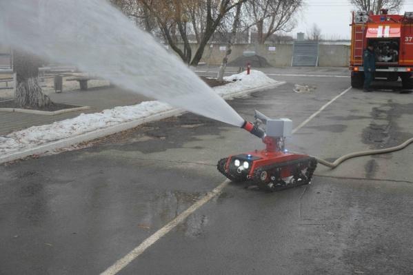 Дальность водяной струи робота — до 45 метров.