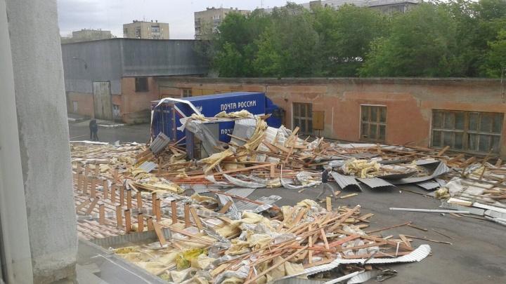 «Посылки в целости и сохранности»: сильный ветер сорвал крышу с офиса «Почты России» в Магнитогорске
