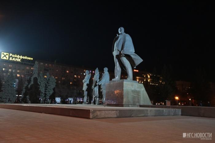 Памятник Ленину освещают прожекторы с двух мачт