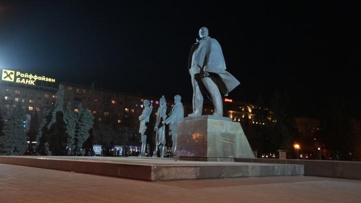 «Выедает глаз»: новосибирцев ослепила яркая подсветка памятника Ленину