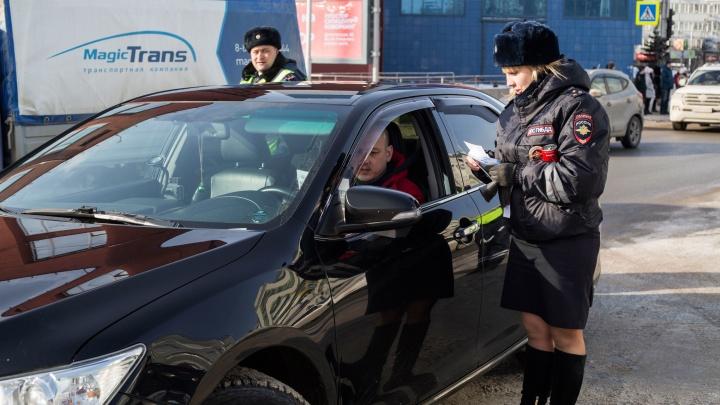 На площади Ленина массово остановили водителей — девушки-автоинспекторы вручили им подарки