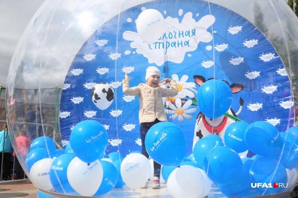 На фестивале можно было с головой окунуться в облако мыльных пузырей.