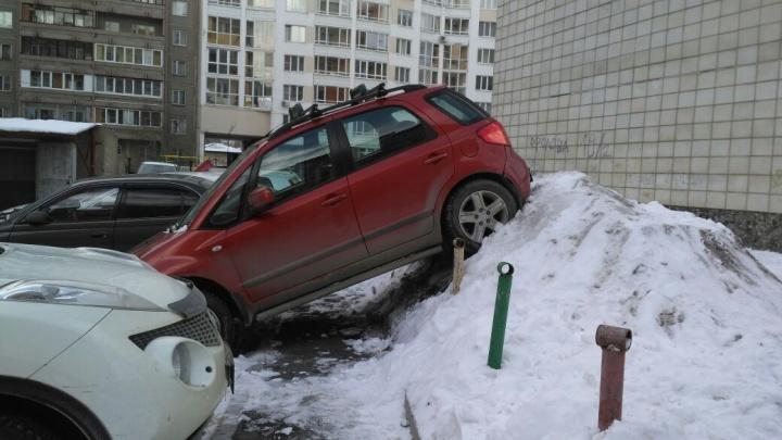 Полицейские ищут мастера парковки, который разбил машины на ВИЗе и запрыгнул на сугроб