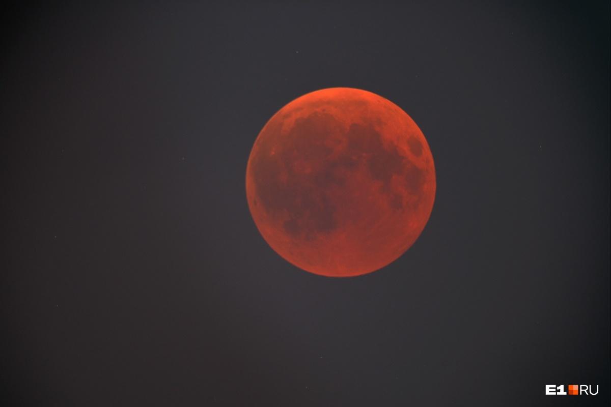 Такого в этом веке больше не будет! Смотрим на фотографии самого продолжительного лунного затмения