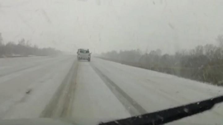 «Зима, уходи!»: в Волгоградской области на трассу Р-22 обрушились град со снегом
