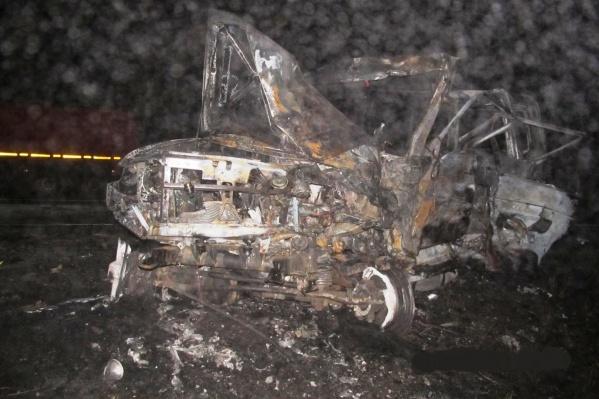 Вот что осталось от сгоревшего УАЗа