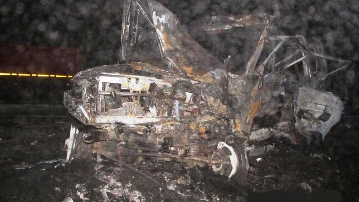 В Калачинском районе после лобового столкновения с «Газелью» загорелся УАЗ