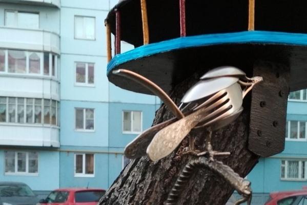 Мастер сделал столовую для птиц на одном из пней старого дерева. Птичка получилась из вилок и ложек