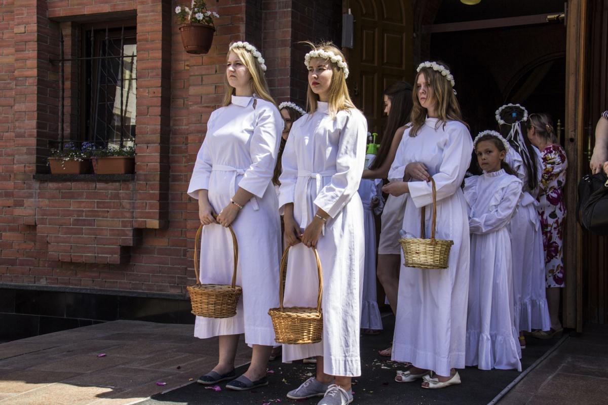 Новосибирцы вовремя крестного хода разбросали поцентру города лепестки роз