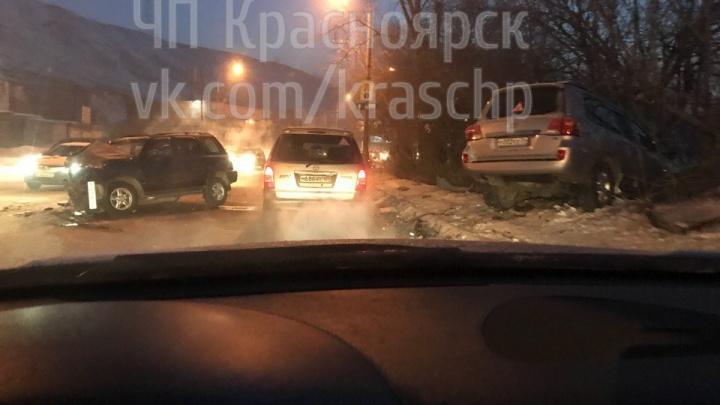 Утром на Брянской в аварии Honda и Land Cruiser пострадали двое