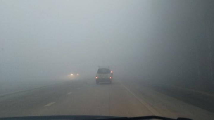 Полевской тракт заволокло дымом из-за большого пожара, который тушили несколько часов
