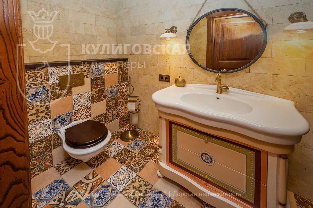 Ванная тоже выполнена в золотых тонах
