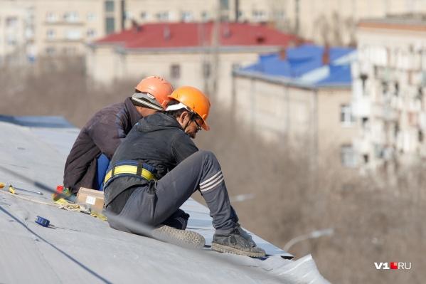 По словам местных жителей, рабочие забыли укрепить кромку крыши