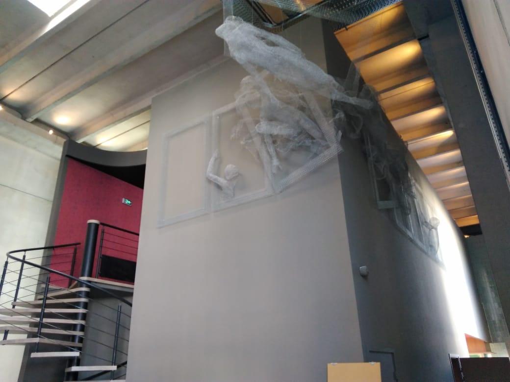 Семь человеческих фигур, вырывающихся за рамки обыденности, разместились в холле комплекса на высоте 6 метров
