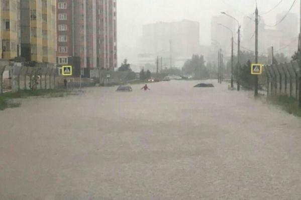 Сильные дожди накануне почти полностью парализовали город