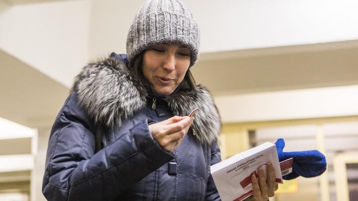 Сибирячка стала 50-миллионной пассажиркой на «Маршала Покрышкина» и получила в подарок брелок