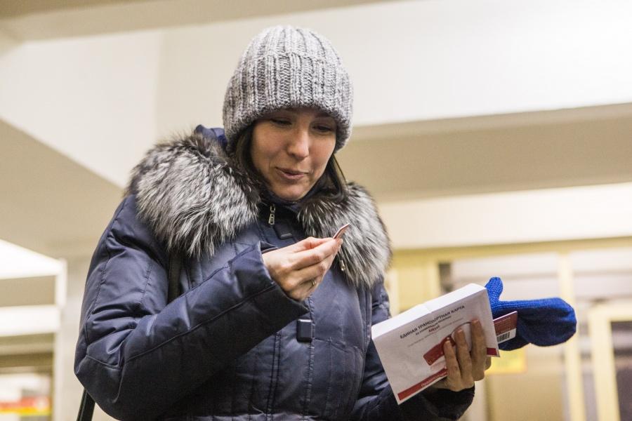Локоть вручил подарок 50-миллионному пассажиру наодной изстанций метро