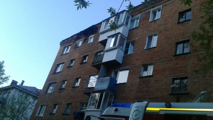 В Нефтяниках обрушилась часть стены 5-этажного дома