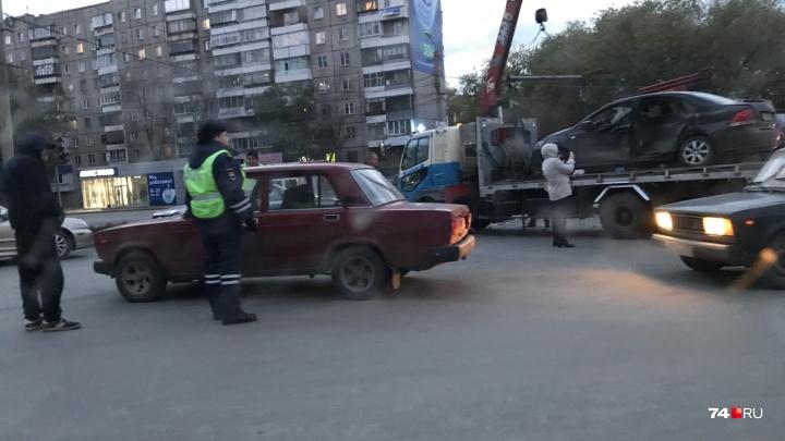 «Приехала реанимация»: на оставшемся без светофора перекрёстке в Челябинске столкнулись три машины