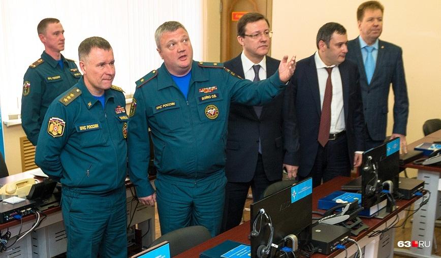 Олег Бойко (второй слева на первом плане) принимал Евгения Зиничева и первых лиц губернии в штабе МЧС региона