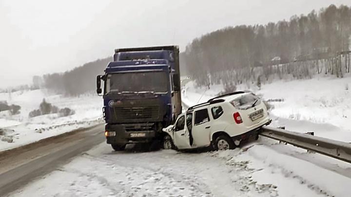 Фура выехала на встречку на трассе под Новосибирском и столкнулась с легковой машиной