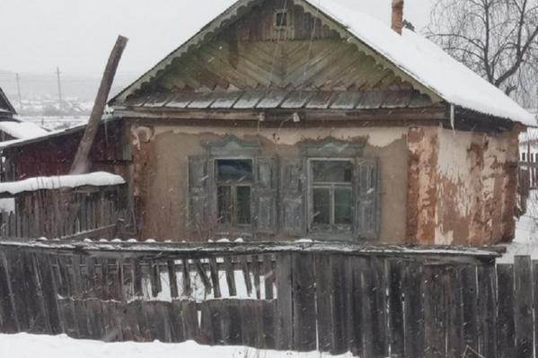 В таком доме Рифкат живет уже несколько лет, потому что денег не хватает даже на еду