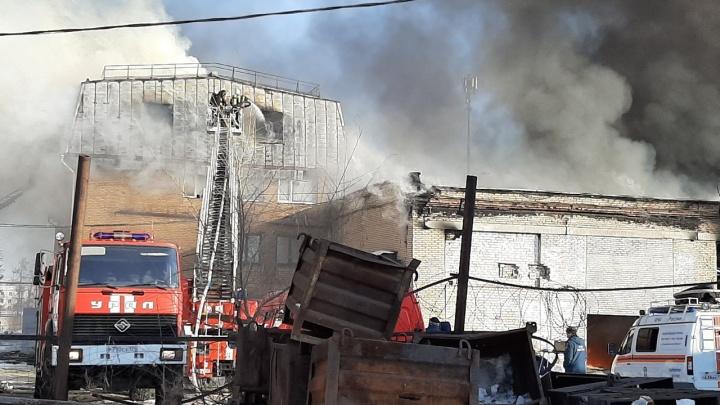 «Это редкий для региона пожар»: на тушение огня в промзоне Челябинска бросили все силы МЧС