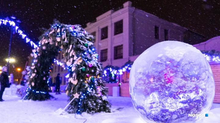 Как в Петербурге: смотрим, как украсили площадь возле «Эрмитаж-Сибири»