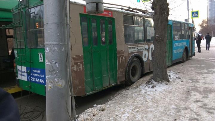 Пятый против пятого: водитель троллейбуса вытолкнул коллегу на тротуар Красного проспекта