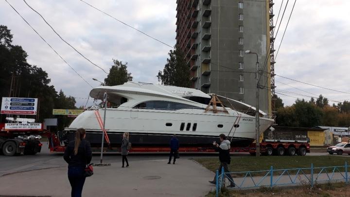 «Собрались на рыбалку?» По Перми проехал автопоезд с огромной яхтой