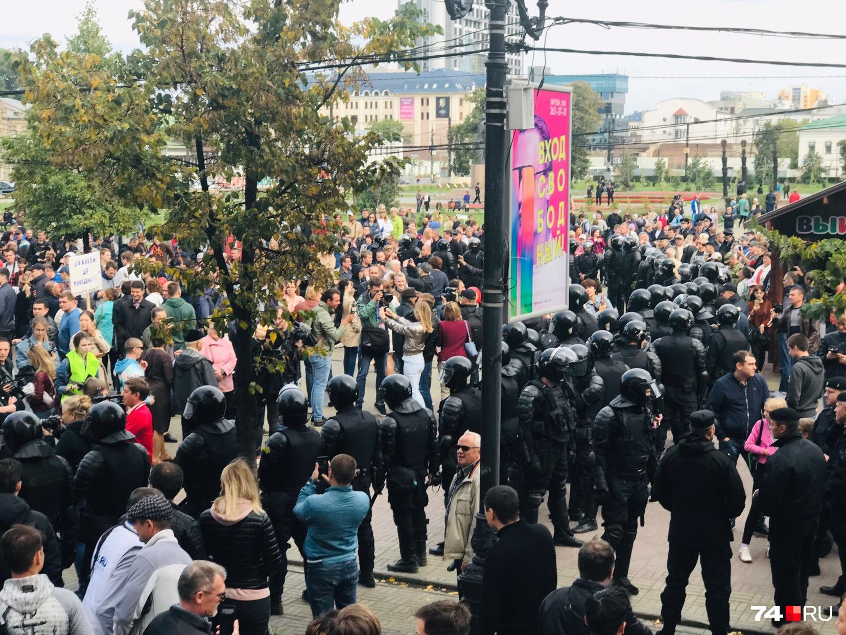 Десятки силовиков не пускают участников акции к проспекту Ленина
