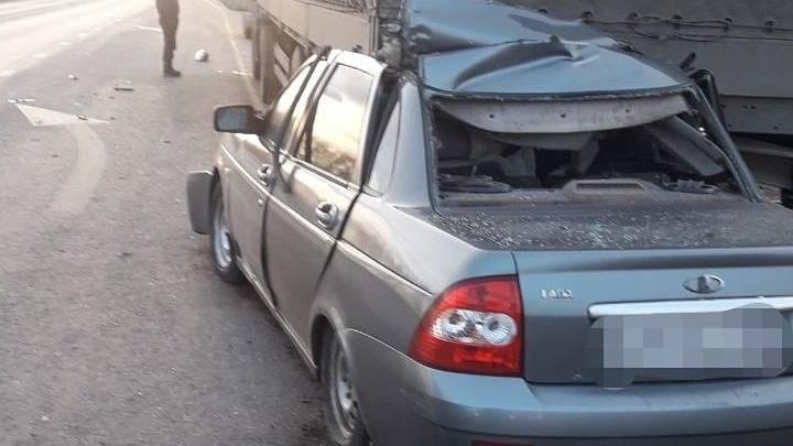 В Самарской области водитель легковушки скончался после ДТП с автомобилем, стоявшим на обочине