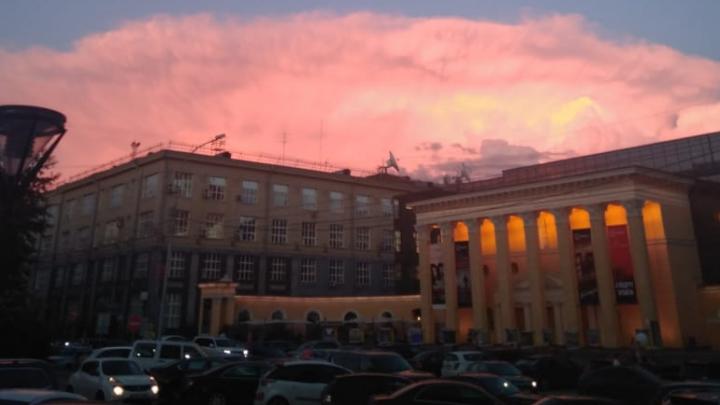 Красивый закат над городом заворожил новосибирцев