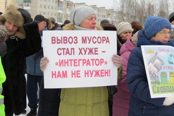 Митинг начался чуть позже запланированного. Он организован местным отделением КПРФ