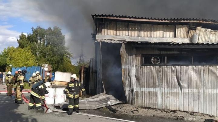 Обвалилась крыша, были слышны взрывы: всё о крупном пожаре в промзоне в Заречном