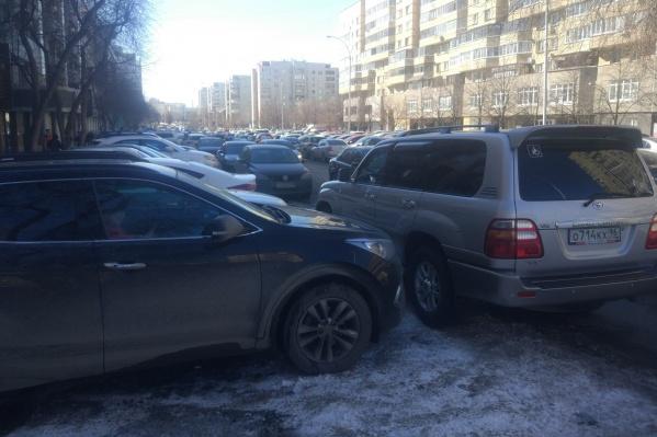 Один водитель наказал другого, заблокировав его машину на парковке