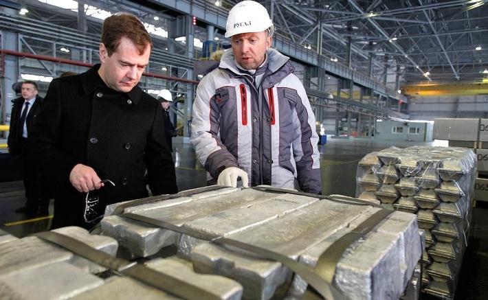 Олег Дерипаска показывает свои владения Дмитрию Медведеву