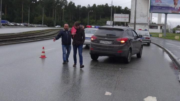 На Уралмаше водитель сбил бабушку с ребёнком, которые переходили дорогу на зелёный свет
