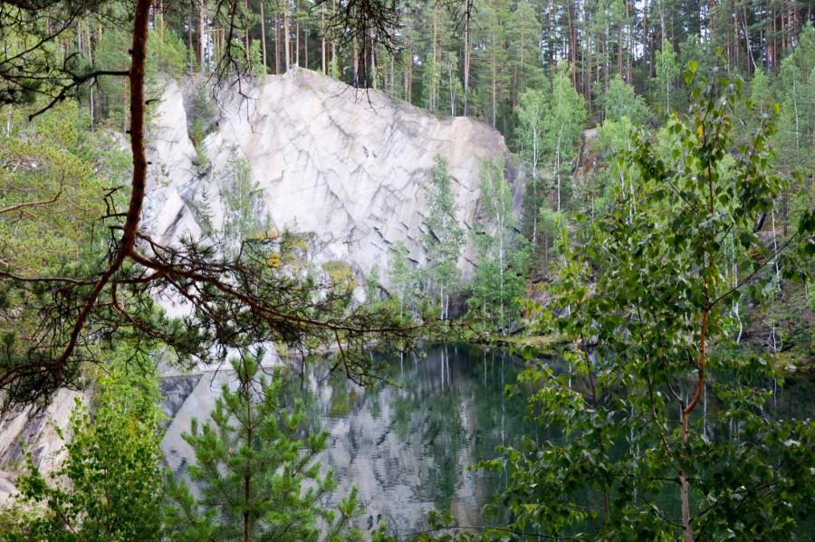 Кроме воды тут есть симпатичные скалы