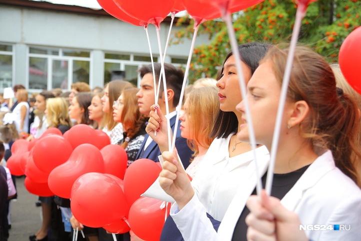 Линейки проводят не только для малышей. Старшеклассники приветствуют новый учебный год красными шарами