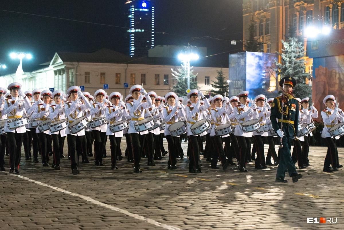 Оркестры тоже промаршировали по брусчатке
