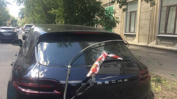 В Самаре на улице Садовой на Porsche упала железная балка