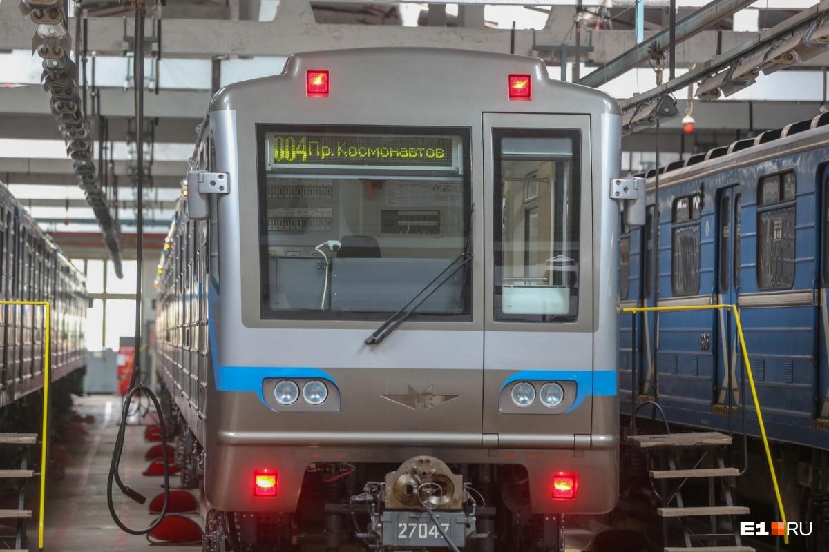 Машинист заранее приходит к поезду перед выходом на линию — готовит машину