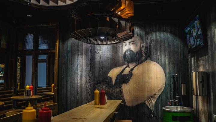 В Омске открылась бургерная с топором вместо ручки и люстрой в виде диска пилы