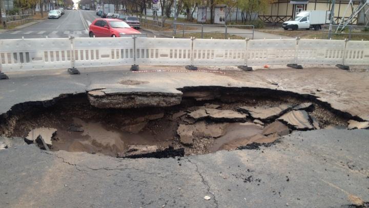 Теплоэнергетики рассказали, откуда взялся провал на улице Мориса Тореза