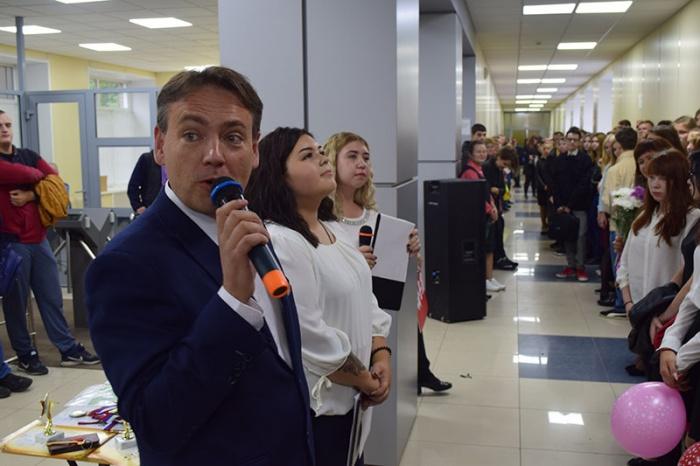 Роман Силкин на торжественной линейке в колледже