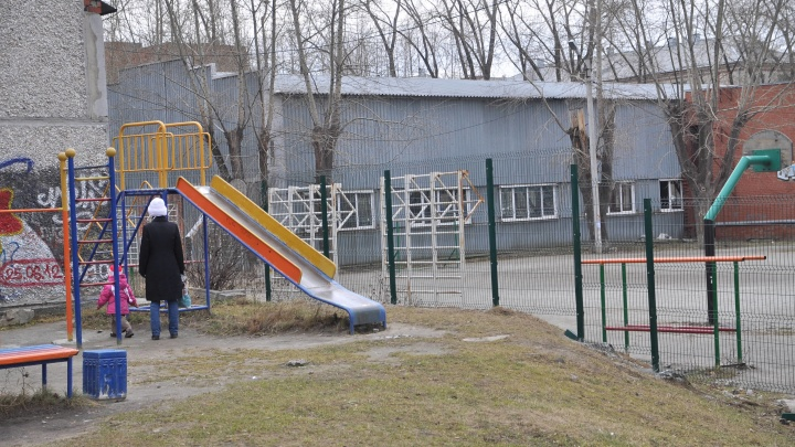 Травмированы голова и челюсть: в военном городке Екатеринбурга на подростка упали футбольные ворота