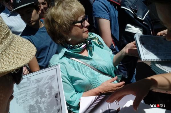 Участники экскурсии плотно обступали автора проекта «Первая улица Мира»