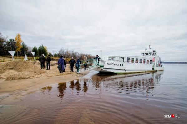Люди добираются на Княжестров либо на общественном катере, либо на личных лодках