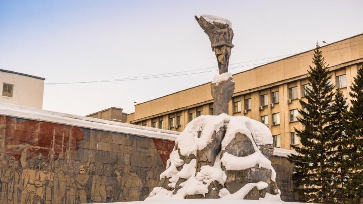 В центре Новосибирска отреставрируют сквер с могилами и мраморным панно